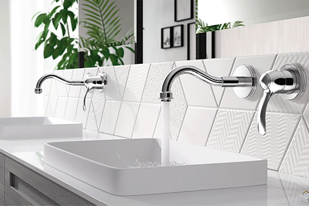 Witte badkamer met wastafelkraan van Tres kranen