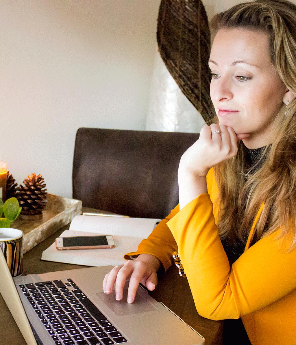 mindandbeauty.nl ondernemer aan het werk achter een laptop aan tafel