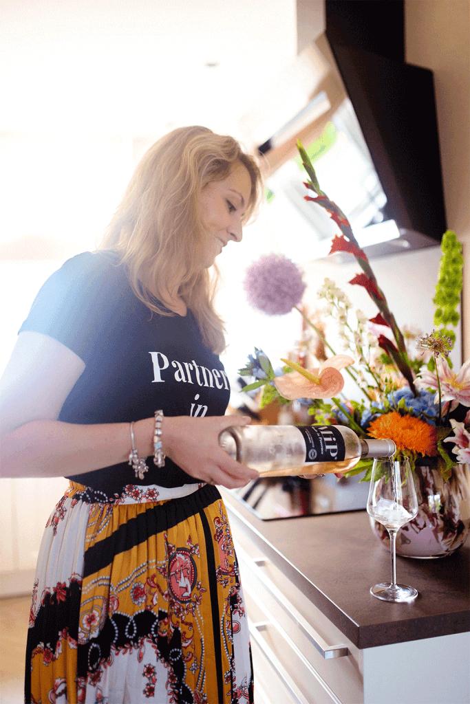 Rosé wijn inschenken in wijnglas in keuken door Amanda van MindandBeauty.nl