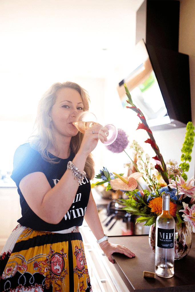 Wijn drinken in keuken door Amanda van MindandBeauty.nl