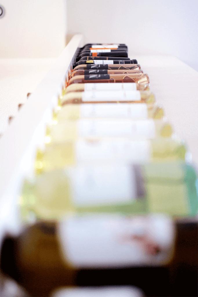 Wijnpaal in keuken onderaanzicht met flessen wijn
