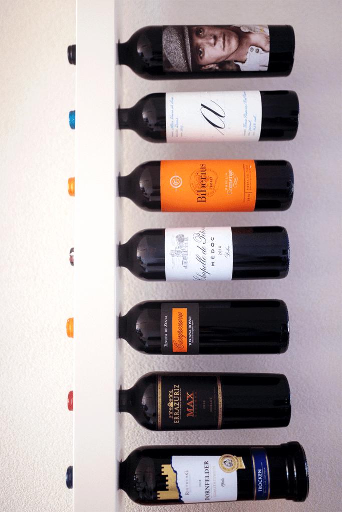 Wijnpaal vooraanzicht flessen rode wijn