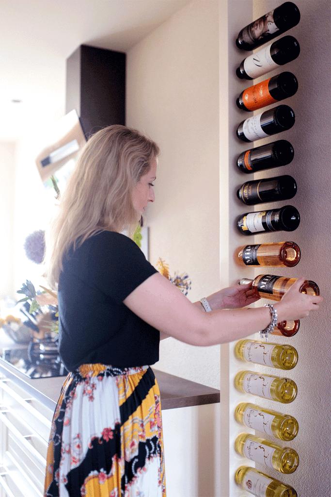 Wijnpaal met flessen wijn vullen door Amanda van MindandBeauty.nl