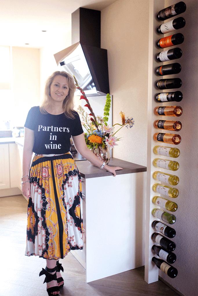 Wijnpaal review in landelijke keuken met Amanda van MindandBeauty.nl