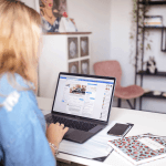 Werken achter laptop in kantoor